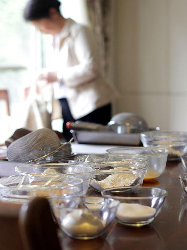 教室では手作りの美味しさを味わって頂くために皿の上のデコレーションからそのお菓子に合う紅茶、そしてパンにはスープやシチュー、そしてサラダとともに試食をして頂きます。